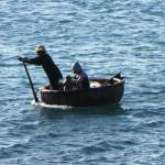 Плывет качаясь лодочка!