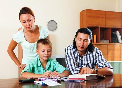 родители помогают ребенку фото