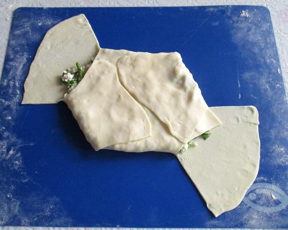 фото тесто с начинкой из творога и зеленого лука