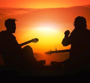 фото песни с гитарой у костра, на закате