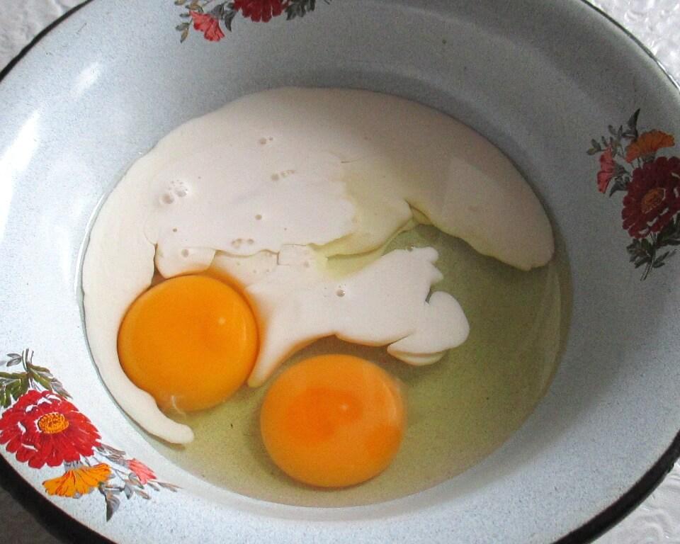 фото яйца с молоком в тарелке