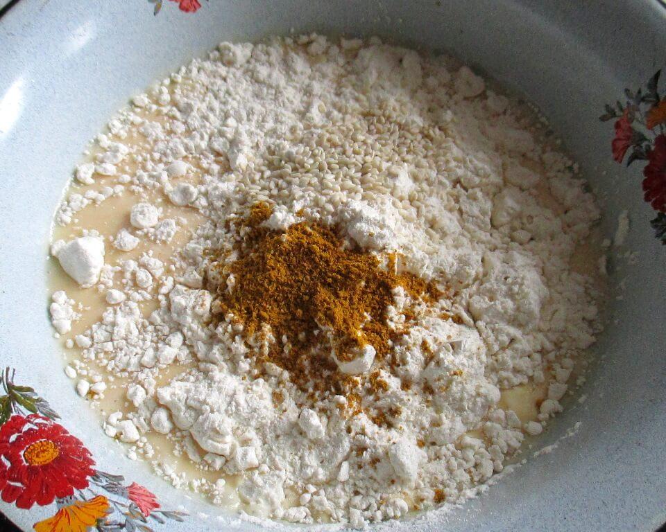 фото яйца с мукой, специями, молоком в тарелке