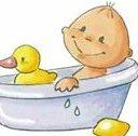 младенец купается