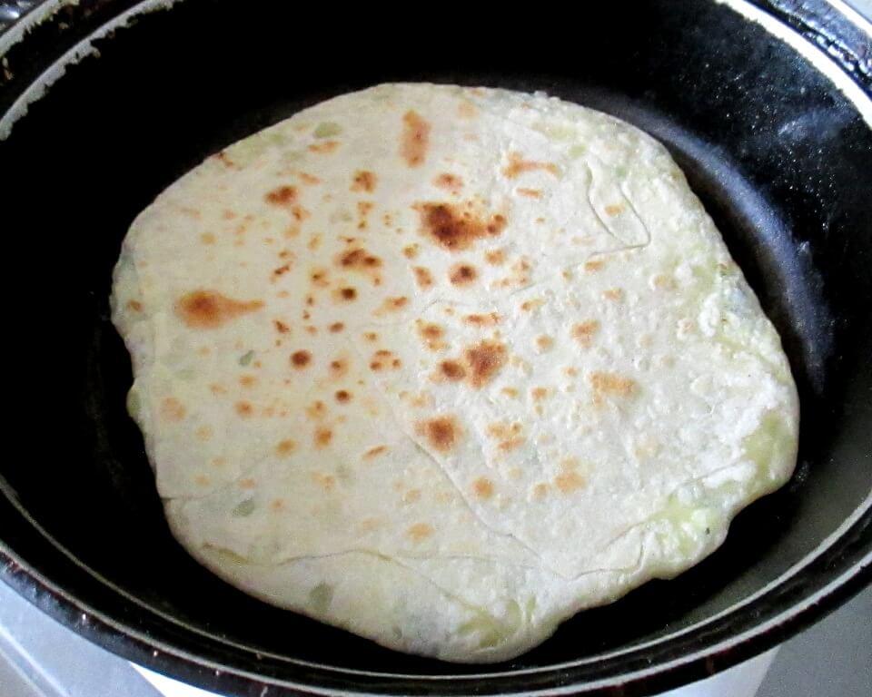 фото лепешки из пресного теста с начинкой из творога и зеленого лука в сковороде